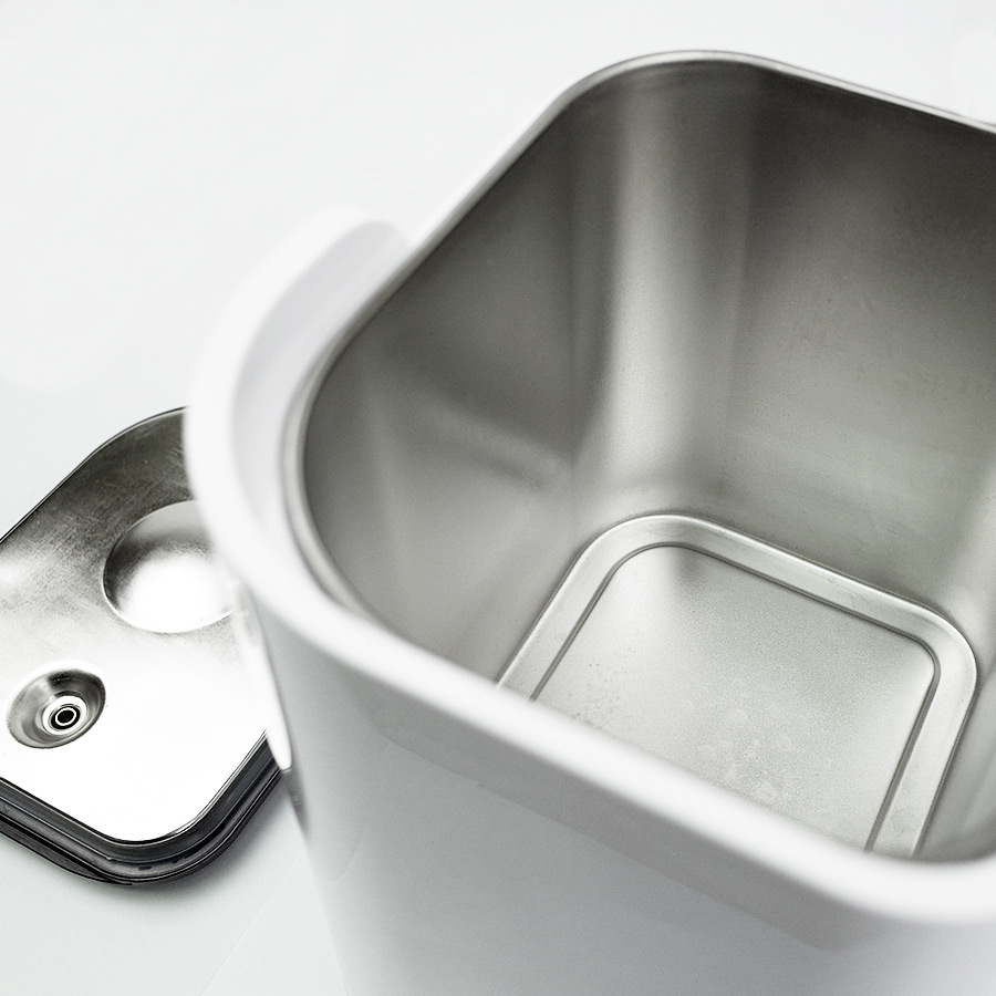 Photo du réservoir d'eau en acier alimentaire du distillateur d'eau Waterlovers DW2800 avec son couvercle. Belle qualité de fabrication.