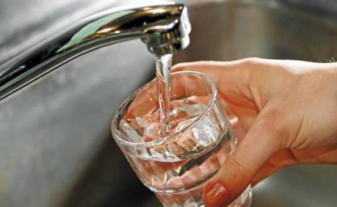L'eau du robinet coule dans un verre