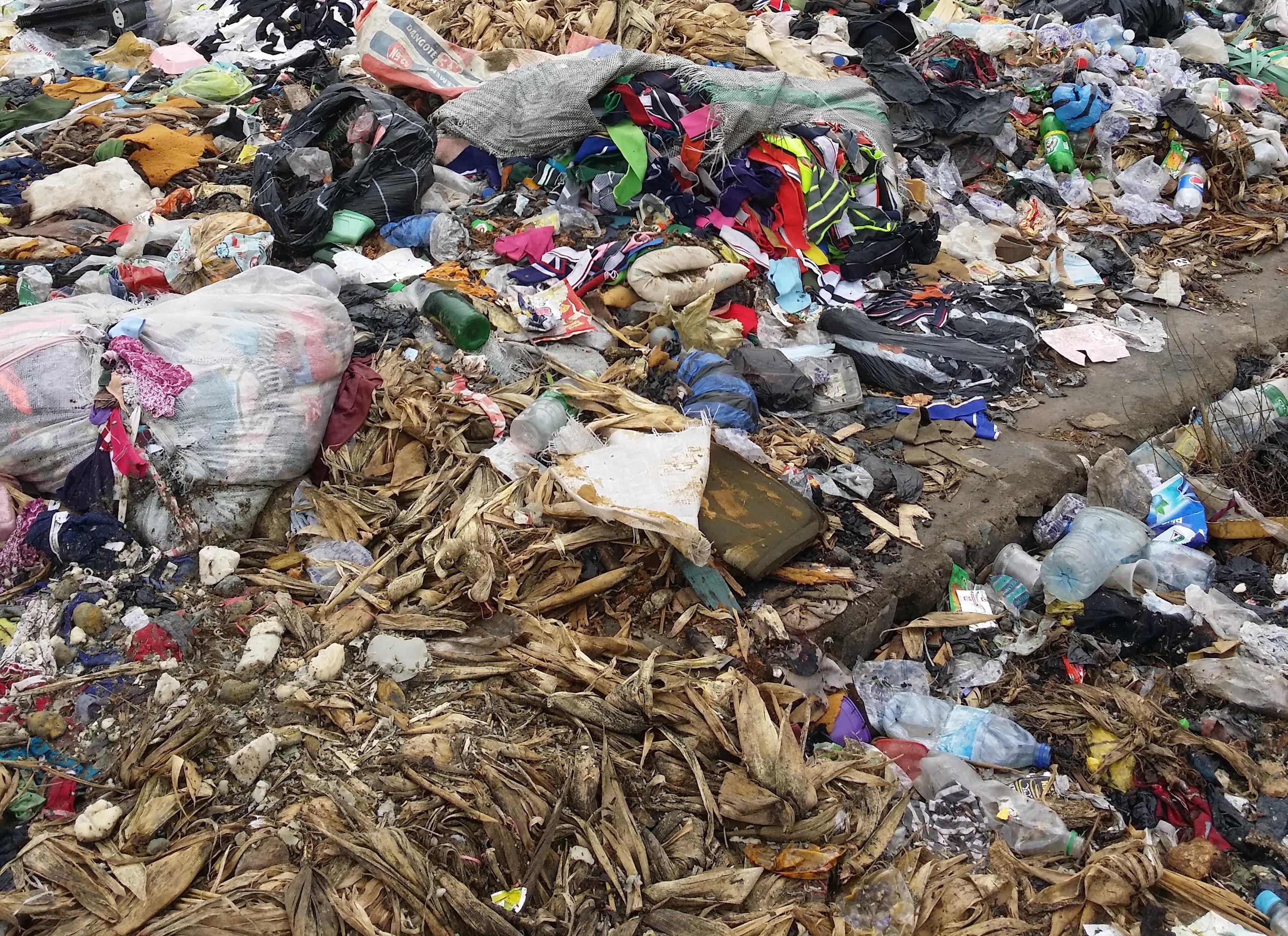 L'environnement est pollué par les déchets de plastique.